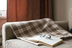 Lectura acogedora un libro Tiempo de la tarde o de mañana Concepto del estilo de vida Imagen de archivo