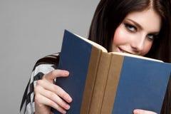 Lectura adolescente de la muchacha Foto de archivo libre de regalías