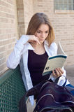 Lectura adolescente de la muchacha de la High School secundaria imagen de archivo