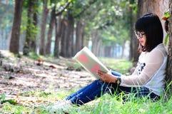 Lectura adolescente del empollón el cuaderno con el corazón rojo Fotos de archivo