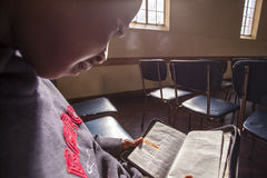 Lectura africana del niño Fotos de archivo