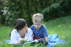 Lectura afuera Foto de archivo libre de regalías