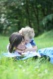 Lectura afuera Fotos de archivo libres de regalías