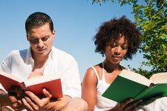 Lectura al aire libre Foto de archivo libre de regalías