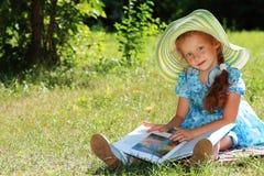 Lectura al aire libre imagen de archivo libre de regalías