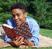 Lectura al aire libre y relajación Fotografía de archivo
