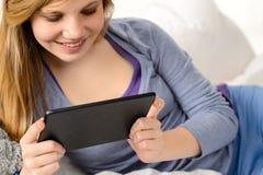 Lectura amistosa del adolescente en la tableta digital Fotografía de archivo libre de regalías