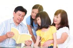 Lectura asiática de la familia foto de archivo libre de regalías