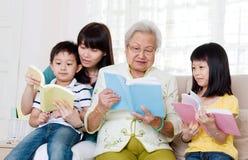Lectura asiática de la familia fotos de archivo libres de regalías