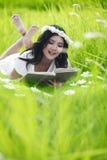Lectura asiática de la mujer al aire libre foto de archivo libre de regalías