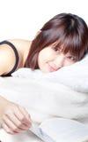 Lectura asiática linda de la muchacha en cama imagen de archivo