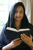 Lectura asiática hermosa de la mujer su libro religioso Fotografía de archivo libre de regalías