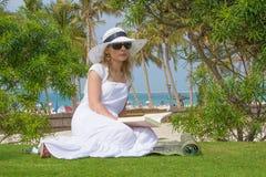 Lectura atractiva joven de la mujer en la playa Imágenes de archivo libres de regalías