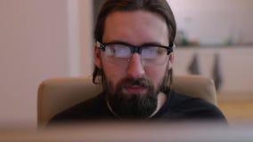 Lectura barbuda del hombre del cierre del monitor para arriba almacen de video