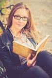 Lectura bonita de la muchacha Imágenes de archivo libres de regalías