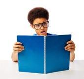 Lectura chocada adolescente afroamericano Fotografía de archivo
