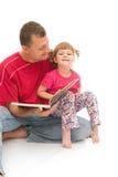 Lectura con el papá Imagen de archivo libre de regalías