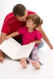 Lectura con el papá Fotos de archivo libres de regalías