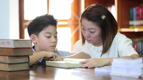 Lectura con el profesor - un escolar elemental lee en voz alta a su profesor metrajes