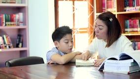 Lectura con el profesor - un escolar elemental lee en voz alta a su profesor almacen de metraje de vídeo