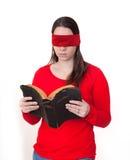 Lectura con los ojos vendados de la biblia Imagen de archivo