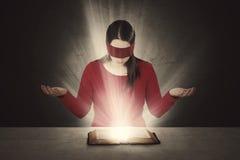 Lectura con los ojos vendados de la biblia Fotografía de archivo