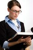 Lectura confidente de la mujer o del contable de negocios Foto de archivo libre de regalías