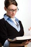 Lectura confidente de la mujer o del contable de negocios Imágenes de archivo libres de regalías
