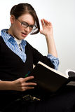Lectura confidente de la mujer o del contable de negocios Fotografía de archivo libre de regalías