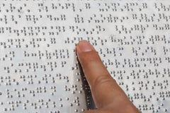 Lectura de Braille Imagenes de archivo