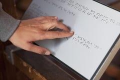 Lectura de Braille Fotos de archivo libres de regalías
