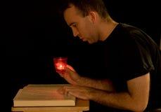Lectura de Candlelight imagenes de archivo