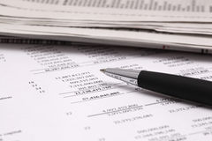 Lectura de informe de las finanzas fotografía de archivo libre de regalías