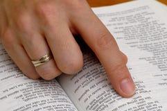 Lectura de la biblia Imagen de archivo libre de regalías