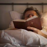 Lectura de la biblia foto de archivo