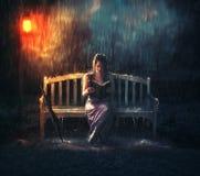Lectura de la biblia durante tormenta Imágenes de archivo libres de regalías