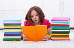 Lectura de la chica joven Fotografía de archivo libre de regalías
