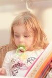 Lectura de la chica joven Imagen de archivo