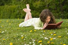 Lectura de la chica joven Imagen de archivo libre de regalías