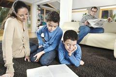 Lectura de la familia el fin de semana Imagen de archivo libre de regalías