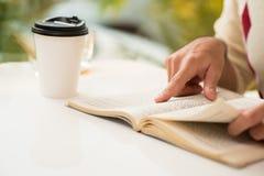 Lectura de la mañana Imagen de archivo libre de regalías