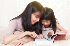 Lectura de la madre y del niño foto de archivo