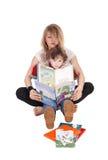 Lectura de la madre y del niño pequeño Imagenes de archivo