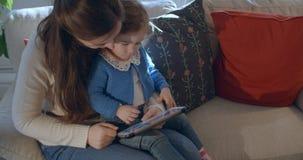 Lectura de la madre y de la hija en la tableta almacen de metraje de vídeo