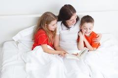 Lectura de la mamá Foto de archivo libre de regalías