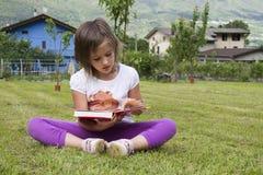 Lectura de la muchacha Foto de archivo libre de regalías