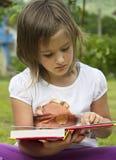 Lectura de la muchacha Imagen de archivo libre de regalías