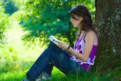 Lectura de la muchacha Fotografía de archivo libre de regalías