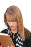 Lectura de la muchacha Foto de archivo