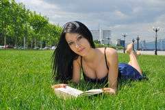 Lectura de la muchacha al aire libre Imagen de archivo libre de regalías